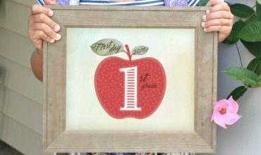 Capture your child's first day of school with these cute FREE printable apple signs from preschool through 8th grade!