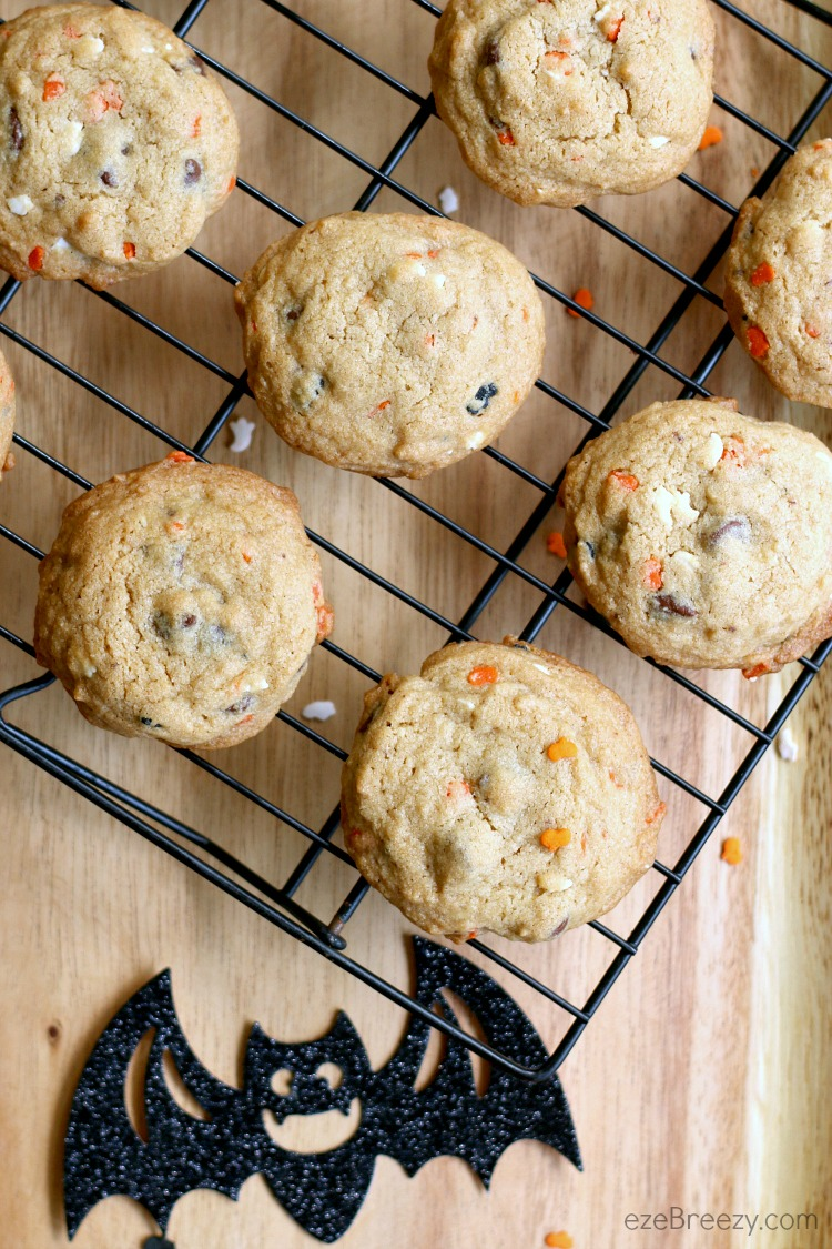 4 Ingredient Halloween Cookies – simple ingredients and whip up in about 5 minutes. The perfect Halloween twist to a delicious chocolate chip cookie! | ezeBreezy.com | #easyrecipe | #Halloweenrecipes | #Halloweencookies | #chocolatechipcookies