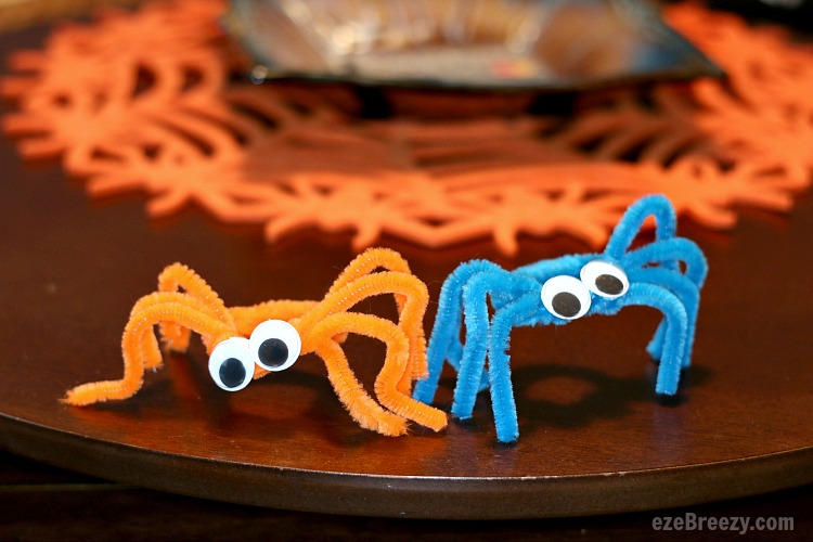 Easy Pipe Cleaner Spider Craft for kids of all ages and just in time for Halloween. | ezeBreezy.com | pipe cleaner craft | craft fo rkids | spider craft | Halloween craft | Easy crafts